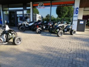 Quads vor Showroom